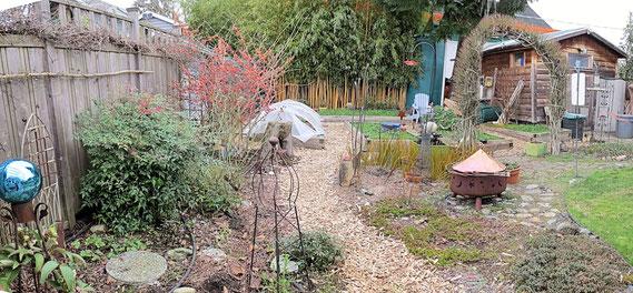 川石を使った透過性のあるコンクリートが敷き詰められている裏庭