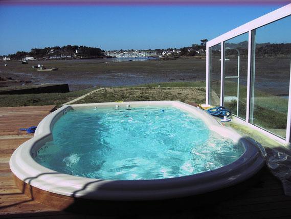une piscine un jacuzzi ou un spa de nage