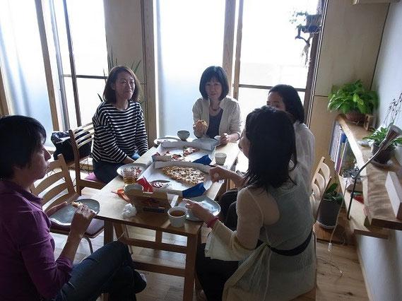 インタビューの終了後も、お昼のピザを食べながら業界の話、女性が働くことなど色々な話しができました。