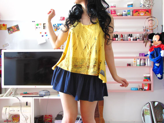 黄色い服の女性