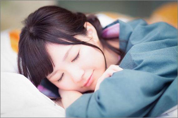 寝顔の女性