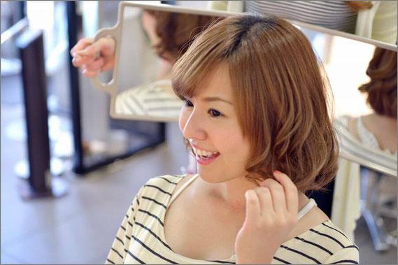 美容室で満足気な女性