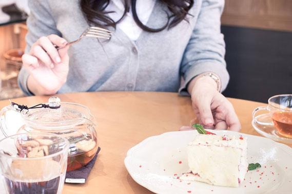 ホットケーキを食べる女性