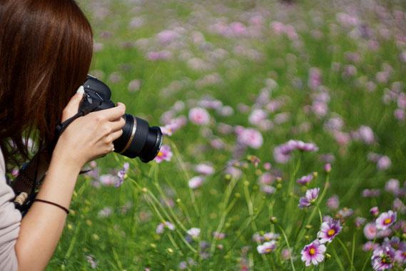 趣味のカメラを構える女性