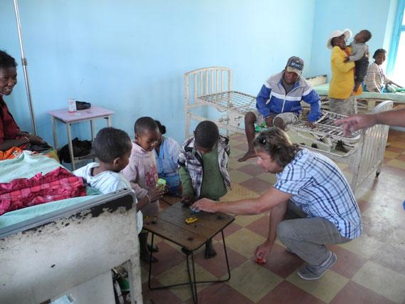 Bild 2: Krankenhauszimmer der Kinder in Manambaro. Schwerkranke Kinder bekommen durch den Fonds im Notfall die Hilfe, die sie benötigen.