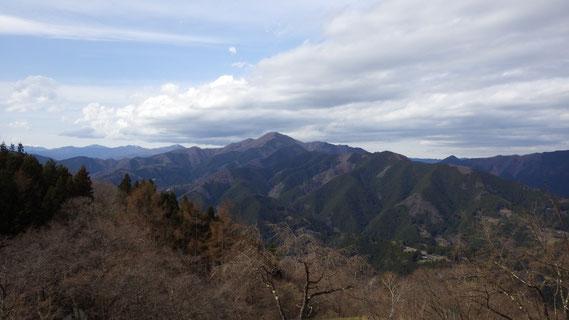 浅間嶺から眺める御前山 写真提供:環境省 奥多摩自然保護官事務所