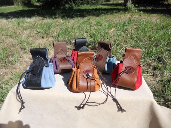 Bourses en cuir bicolores avec passant pour ceinture. 12 euros.
