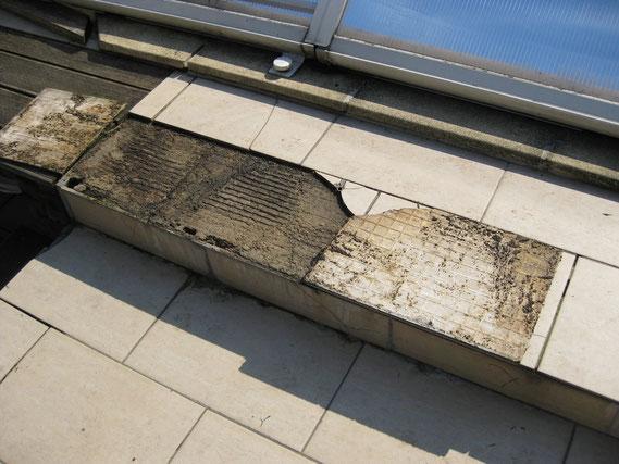 Carrelages descellés d'une terrasse extérieure