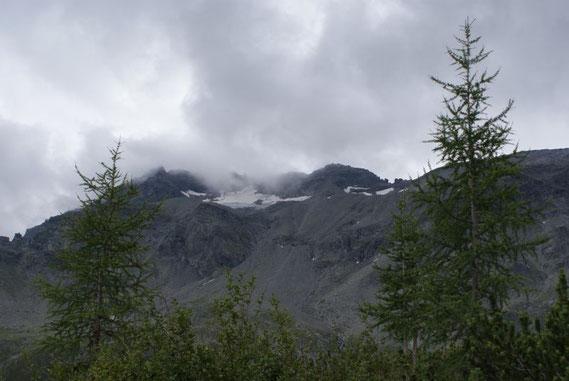 Der Zaubernock hüllt sich in Nebel, zu sehen das kleine Schwalbenkees