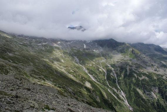 Rückblick durch den weiten Kessel zur Gießener Hütte (im rechten Bildteil)