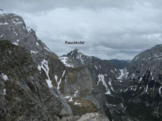 Im Westen erhebt sich der Rauchkofel (2460m) und am linken oberen Bildrand erkennt man die Wände der Kellerwand, in welcher sich das Eiskar befindet