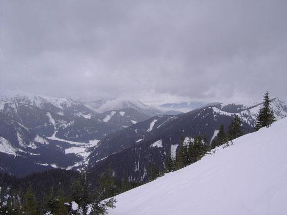 Auf einem kleinen Sattel in etwa 1750m; der Blick zurück ins Triebental