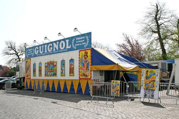 Un des derniers théâtres ambulants surpris en tournée à Tournai (Belgique) en avril 2010 : la plateforme de la remorque du camion sert de scène; une bâche lui est attachée en guise de chapiteau