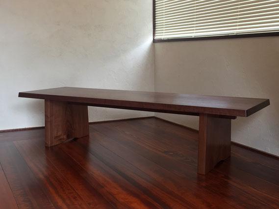 共木で製作したセンターテーブル こちらは板脚が反り止めを兼ねた送り蟻で組んでいます(ウォールナット・オイル仕上げ)