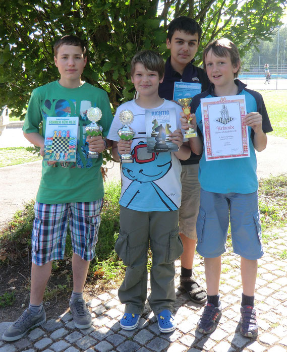 Die Buchloer Teilnehmer v.l.n.r.: Magnus Graf, Tim Buttler, Simon Bogner und Uli Weller (die ersten beiden halten die Pokale der Gesamtwertung, die Leon und Dilan Hacklinger gewonnen haben ;-)