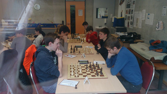 Der entscheidende Kampf zwischen den beiden favorisierten Mannschaften, links der SK Buchloe mit Uli Weller, Simon Bogner, Dilan und Leon Hacklinger, rechts die SF Augsburg