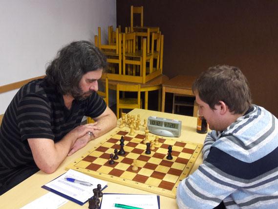 Jörg Weisbrod (links im Bild) besiegt seinen Gegner aus Sonthofen und besiegelt damit den Mannschaftssieg