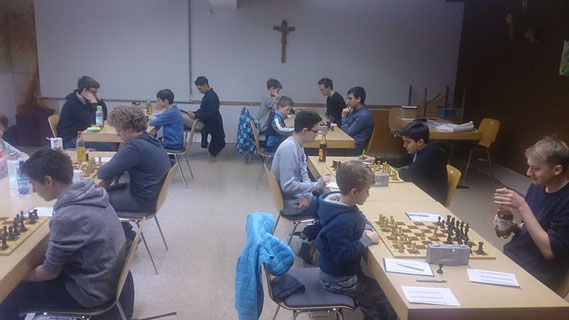 Runde 2, rechts der Kampf Kriegshaber (linke Seite) gegen Buchloe, im Vordergrund Brett 4