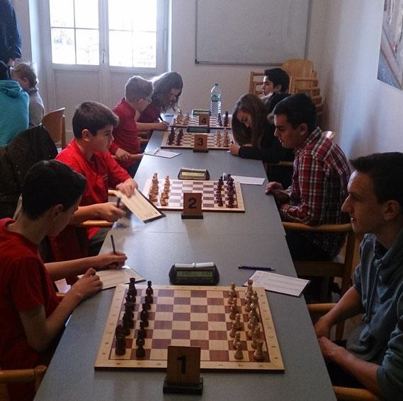 Links die Ergoldinger, rechts unsere Buchloer Jugend: (ab Brett 1) Uli Weller, Simon Bogner, Dilan und Leon Hacklinger
