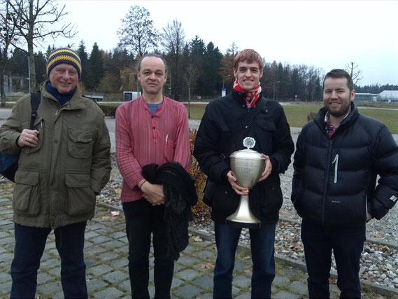 Die Mannschaft des SK Buchloe gewinnt den Mittelschwäbischen Mannschaftsblitzpokal. Von links: Karl-Heinz Stolzenwald, Joachim Kugelmann, Simon Marx, Andreas Kutter