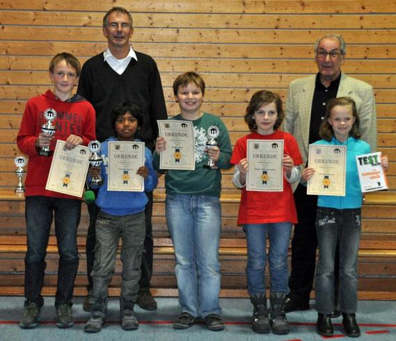 Ganz links: Uli Weller vom SK Buchloe mit dem Siegerpokal