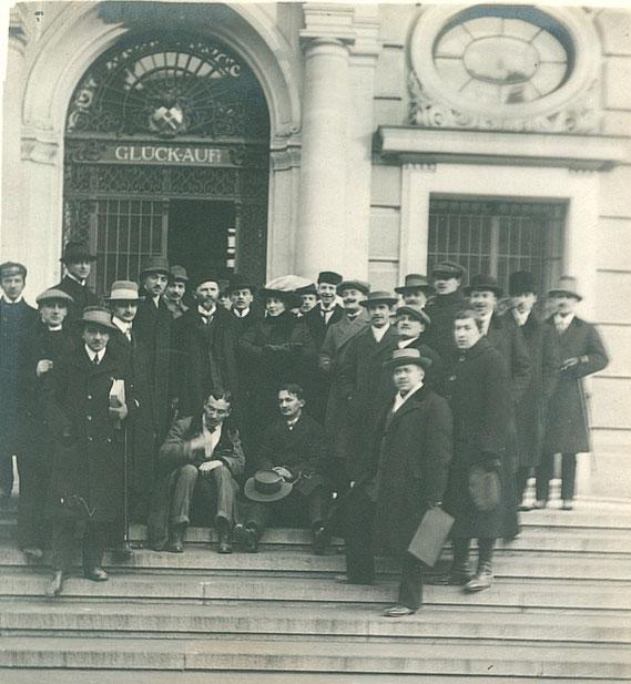 Polnische Studenten vor dem Hochschul Portal 1919