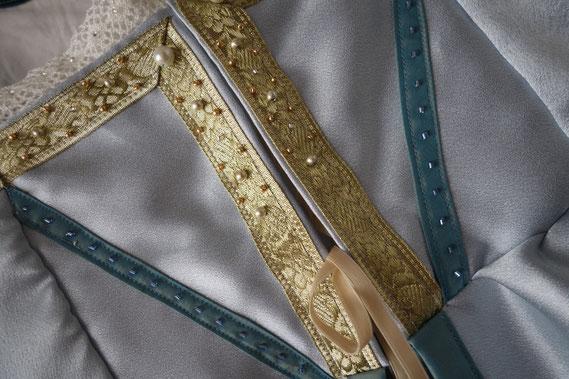 Detail: Italienisches Renaissancegewand aus silberblauem Satin, verziert mit Goldborte, Spitze und Perlstickerei (© Nina Möller) (© Nina Möller) - inspired by the Borgias