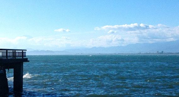 翌朝、江ノ島からの富士山と青い海と空。