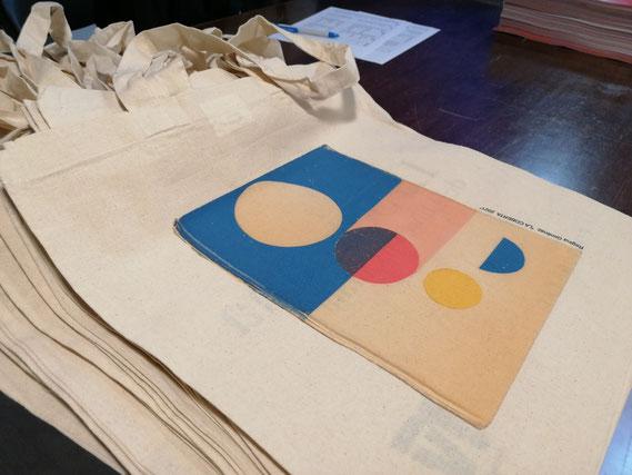 """L'artista Regina Giménez cedeix la seva obra """"Collage sobre coberta de llibre antic"""" al guanyador del Premi Trajectòria. Tots aquells que vulguin tenir una reproducció la podran trobar a les tradicionals bosses i punts de llibre"""