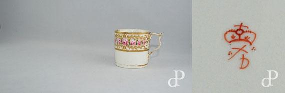 (v.l.n.r.) 1. Kaffeetasse von Royal Crown Derby, Notttingham Road (Derby, 1782-1806), mit handgemalten Rosen; 2. Warenzeichen (»Trademark«) von Royal Crown Derby / © Sammlung PRISARD