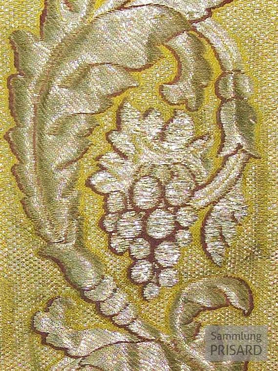 Französischer Brokatstoff aus reiner Seide mit eingewobenen Silberfäden (Silberbrokat), 18. Jahrhundert / © Sammlung PRISARD