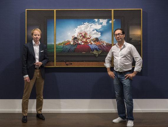"""Galerist Dirk Supper und Künstler Marc Junghans vor dem Triptychon """"omnia mea mecum porto"""""""