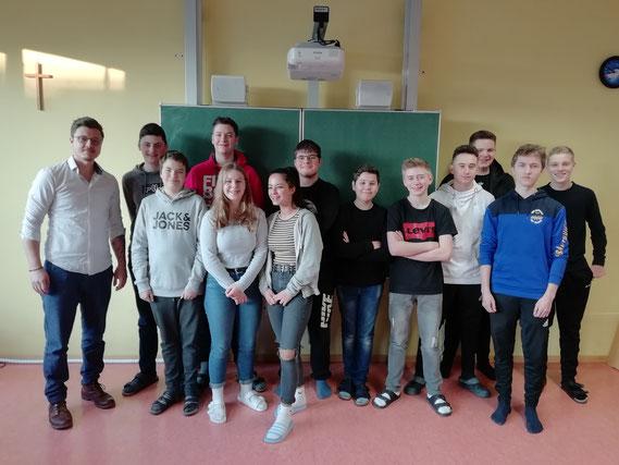 Die neunte Klasse mit FOS-Englischlehrer David Stewart