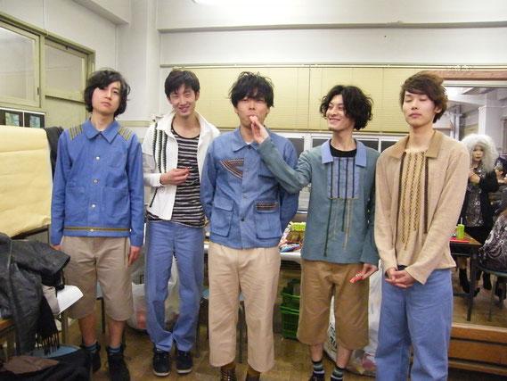 僕たちのグループ。左から、エミネム好きの関西人。身長188cmの関西人。声が渋すぎる医大生。ぼく。ファーストキッチンでハンバーガー作ってる大学生。