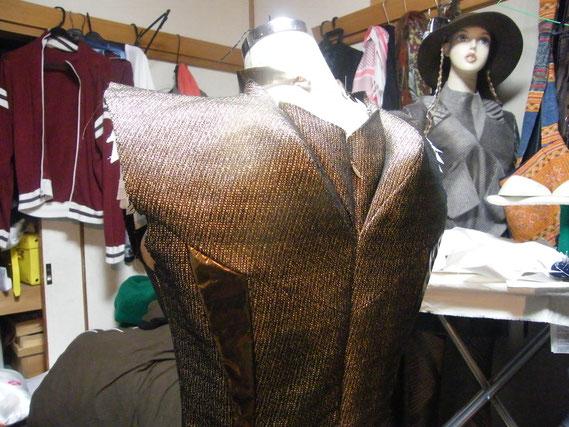 バックスタイルはこんな感じ。パットがいろんな所に入っていて、すごく立体的な服です。
