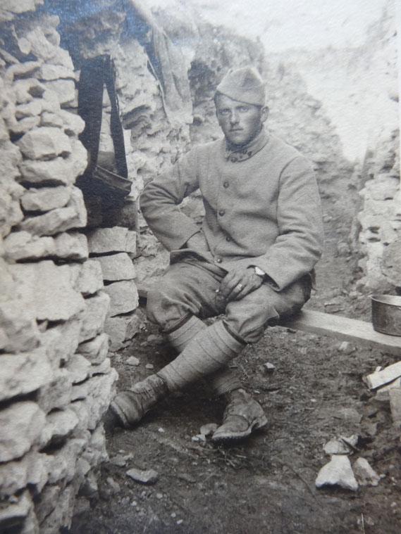 « Sur cette photo, vous verrez un poilu songeur assis à la porte de son gourbi qu'il vient de construire, après 48 heures de travail laborieux »