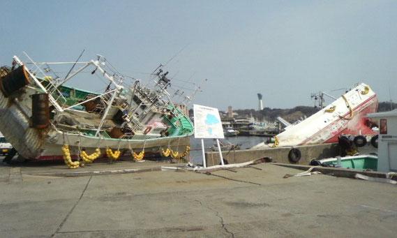 震災から3週間後のいわき市小名浜港。変形したフェンスを見て、津波の恐ろしさを改めて感じた。