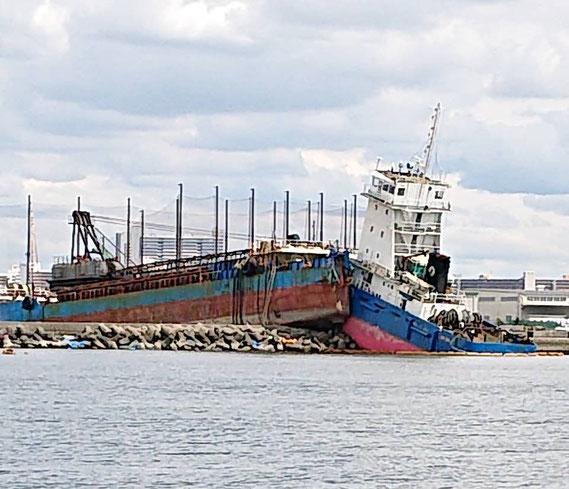【西宮港の岸壁に乗り上げた砂利船とタグボート 2018/9/11撮影】