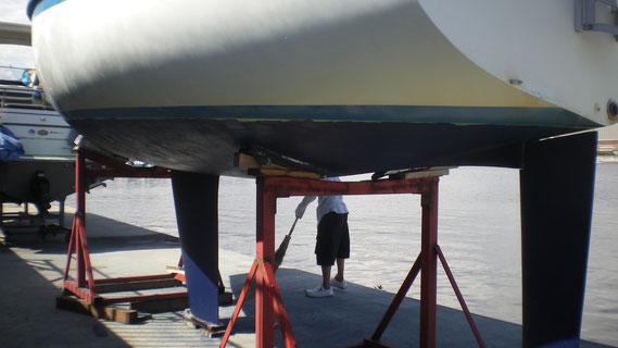 【AFTER     (Aeolusの船底2回目塗装後の状態〈緑のテープはマスキング〉)】