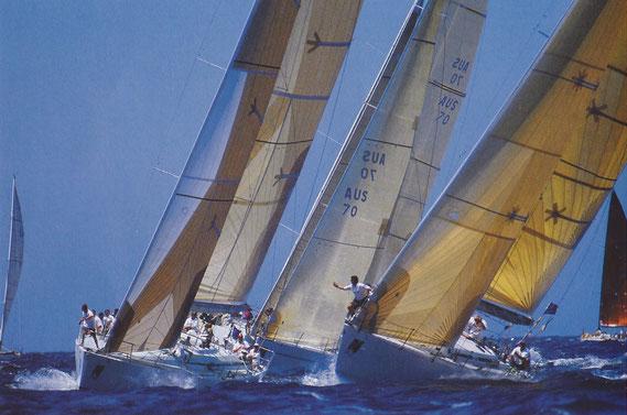 【スターボードタックでクローズホールドの3艇、右艇のクルーが「しも~」とアピール】