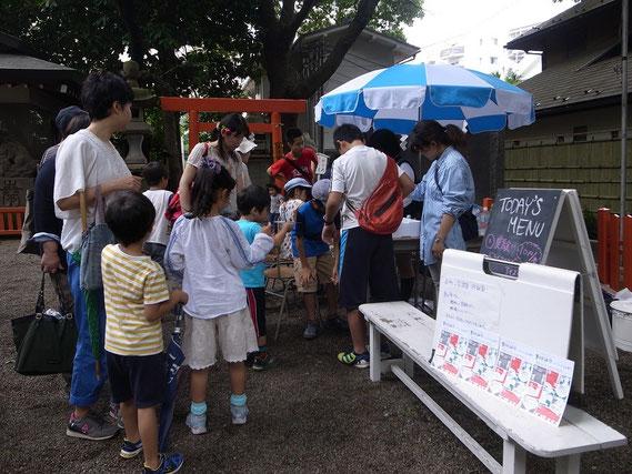 「試験管アイスキャンディー」をケイスケくんと塾生たちが約300本も売りました。(2015.5.16)