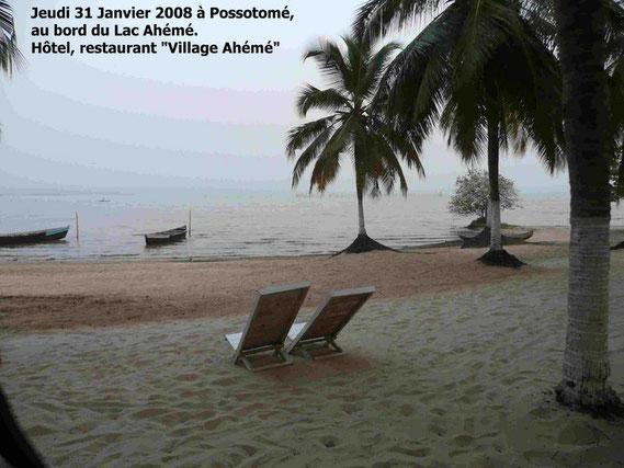 Fin d' après midi au bord du lac Ahémé, un endroit paisible dans les cocotiers. 315 KO.