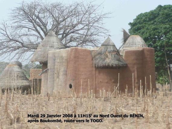 """Après Boukombé, nous roulons sur la piste vers le TOGO. Nombreux sont les paysans habitant des """"Tata Somba"""" dans les campagnes du Nord Ouest du Bénin. Ce sont des""""Takienta""""au Togo.369 KO."""