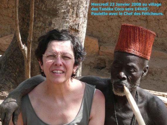 Paulette avec le Chef des Féticheurs du village des Tanéka Coco. Un personnage très important en matière de décisions prises au village et de santé des habitants. 291 Ko.