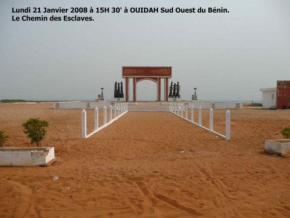 La Porte de non retour à OUIDAH. C' était là l' embarquement pour l' inconnu. 330 KO.