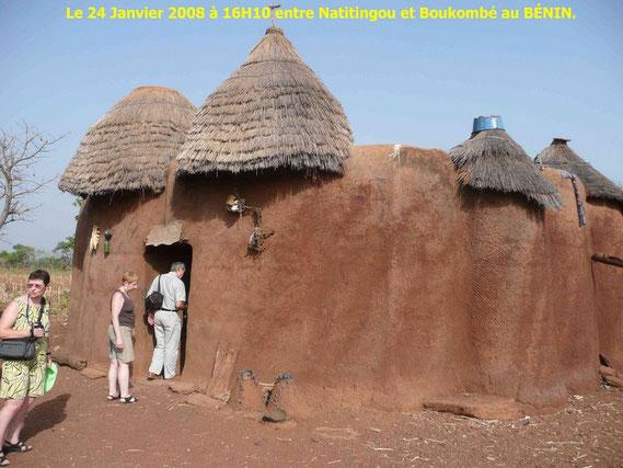 Un Tata Somba au Bénin dans l' Atakora, près de Natitingou. 443 KO. Claudie, Annie et Dany.