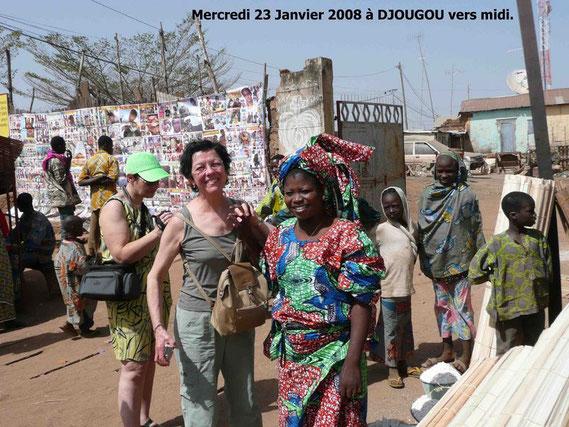 Claudie Paulette et des Béninois sur le marché de DJOUGOU. 479 KO.