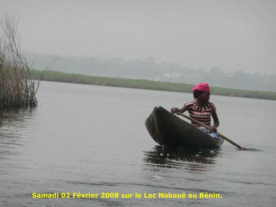Une jeune femme de Ganvié revient vers son village en barque. 374 KO.