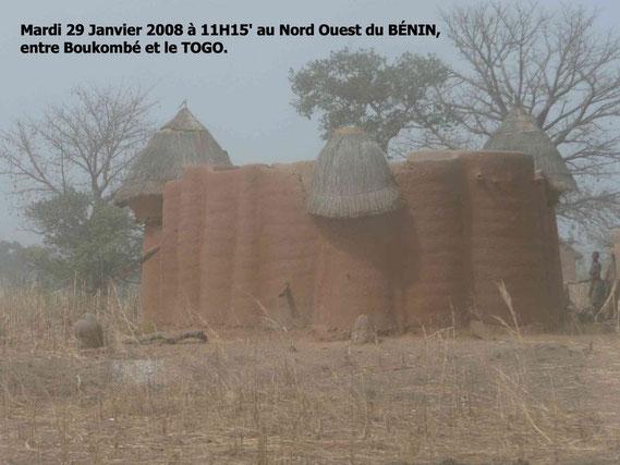 Un beau Tata Somba dans les environs de Boukombé. 284 KO.