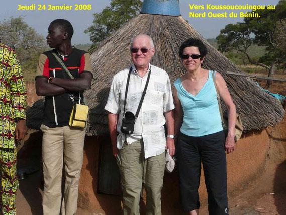 """A la droite de Paulette et Bernard, un écolier pris au départ de Natitingou pour aller vers Boukombé. Il est notre interprète car les """"Vieux"""" ne parlent pas Français !  427 Ko."""